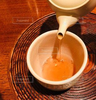 急須で注ぐほうじ茶 - No.1053601