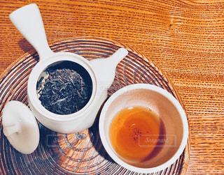 焙じ茶と茶葉の入った急須の俯瞰ショットの写真・画像素材[1056438]