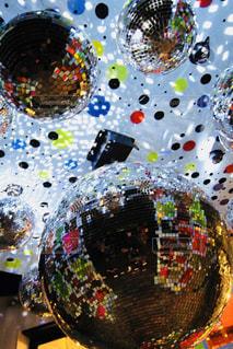 カラフルな天井とミラーボールの写真・画像素材[1070113]