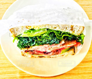 アボカドとベーコンのサンドイッチのアップ - No.1152233