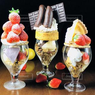 テーブルの上に食べ物の束の写真・画像素材[802698]