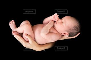 赤ん坊を抱える女性の写真・画像素材[723136]
