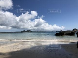 水の体の近くのビーチの人々 のグループの写真・画像素材[1324639]