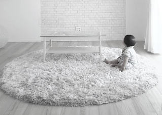 ベッドの上で横になっている男の子の写真・画像素材[815182]