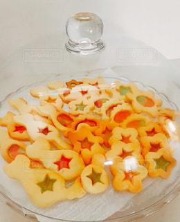 テーブルの上に食べ物のプレートの写真・画像素材[815216]