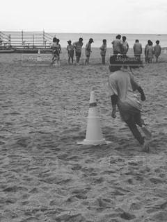 砂浜の上に立つ人々 のグループの写真・画像素材[815685]