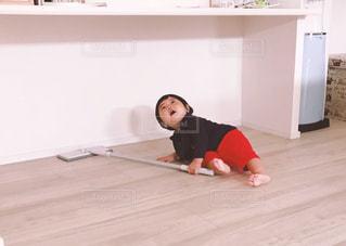 床に座っている小さな男の子 - No.817389