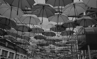 建物の側に座っている傘の写真・画像素材[853893]