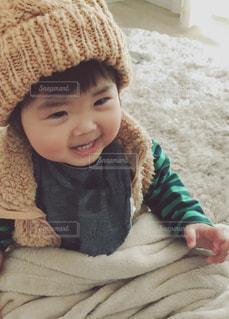 小さな子供は赤ん坊を保持します。の写真・画像素材[864087]