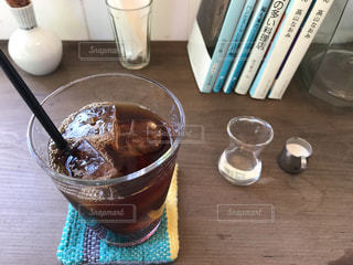 カフェ,コーヒー,アイスコーヒー,読書,窓辺,グラス,読書の秋,コーヒーと本,本とコーヒー