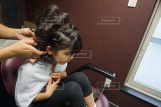 テーブルに座っている若い女の子の写真・画像素材[850773]