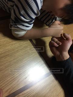 食事のテーブル親子腕相撲の写真・画像素材[956110]