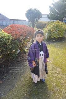 土の中に立っている小さな男の子の写真・画像素材[1031013]