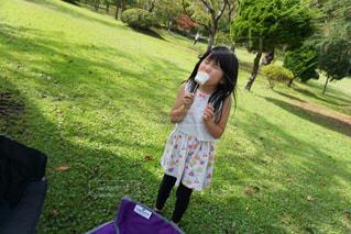 公園で携帯電話で話している若い女の子の写真・画像素材[1274399]
