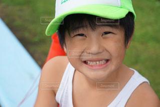 近くに帽子をかぶっている子のアップの写真・画像素材[1620278]