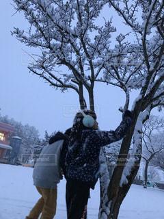 雪に覆われた木の前に立っている人の写真・画像素材[1660239]