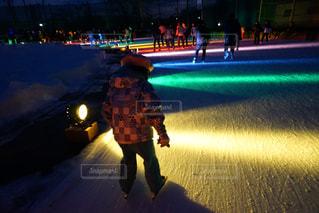 夜通り都市のスケート ボードに乗る人の写真・画像素材[1689126]