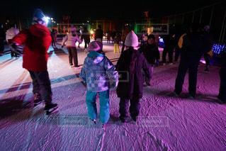 雪の中に立っている人々 のグループの写真・画像素材[1715841]