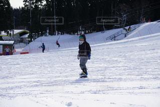 雪をスノーボードに乗る人が斜面をカバーの写真・画像素材[1715846]