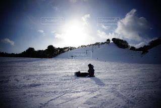 雪をスノーボードに乗る男覆われた斜面の写真・画像素材[1715867]