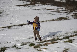 雪の中でフリスビーを持って男は、の写真・画像素材[1754517]