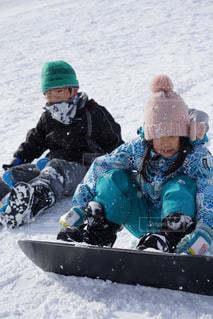 雪のボードの上に座って人々 のグループの写真・画像素材[1754539]