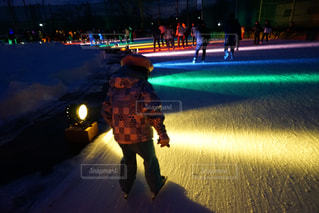 夜通り都市のスケート ボードに乗る人の写真・画像素材[1801984]