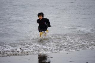 水の体の横に立っている人の写真・画像素材[1823816]