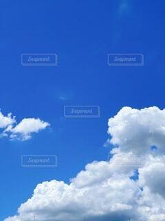 夏の青空と雲の写真・画像素材[4921653]