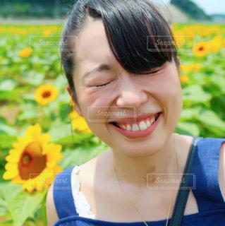 カメラの笑みを浮かべて女性の写真・画像素材[718995]