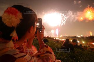 火の周りに座って人々 のグループの写真・画像素材[1411160]