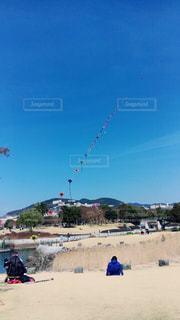 浜辺で凧の飛行の人々 のグループの写真・画像素材[866842]