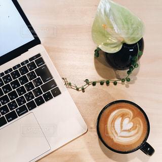 テーブルの上のコーヒー カップ - No.932696