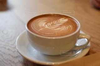テーブルの上のコーヒー カップの写真・画像素材[867225]