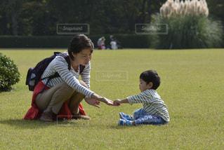 公園,芝生,男の子,ママと子供