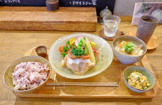 食べ物,カフェ,食事,東京,テーブル,皿,木製,料理,鶏肉,蔵前,玄米,豚汁,おから,うつわとごはん yorimiti