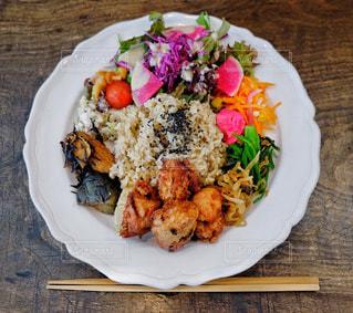 カフェ,食事,ランチ,東京,吉祥寺,テーブル,野菜,ワンプレート,皿,肉,料理,唐揚げ,玄米,shiva cafe