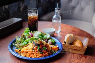 食べ物,カフェ,食事,ランチ,東京,パン,テーブル,野菜,皿,パスタ,銀座,料理,スパゲティ,ナス,パン食べ放題,アメニテ