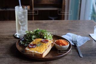 サラミチーズトーストプレートの写真・画像素材[1281354]