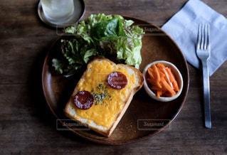 サラミチーズトーストプレートの写真・画像素材[1281357]
