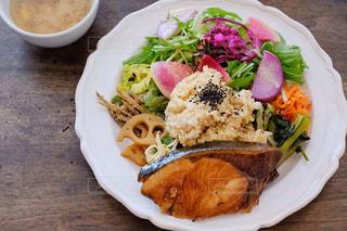 テーブルの上に食べ物のプレートの写真・画像素材[1281387]