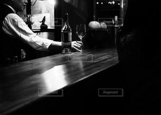 お客さんと談笑するバーテンダーの写真・画像素材[1627434]