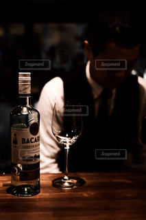 カウンターに並ぶグラスとボトルの写真・画像素材[1627442]