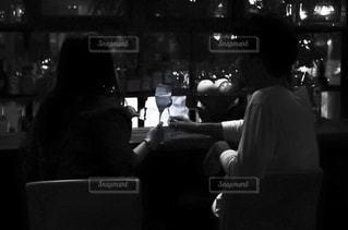 カウンターに座る2人の写真・画像素材[1627445]