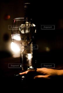ワイングラスを持つバーテンダーの写真・画像素材[1627458]