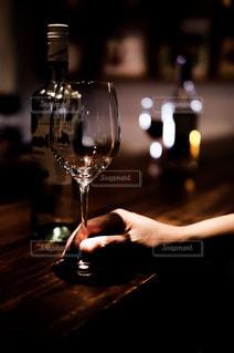 ワイングラスを持つバーテンダーの写真・画像素材[1627464]