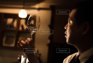 グラスを掲げるバーテンダーの写真・画像素材[1627480]