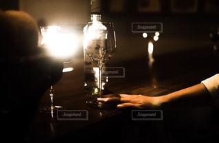照らし出されるグラスとボトルの写真・画像素材[1627492]