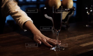 ワインをサーブするバーテンダーの写真・画像素材[1627538]