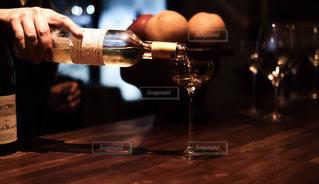 白ワインをグラスに注ぐの写真・画像素材[1627546]